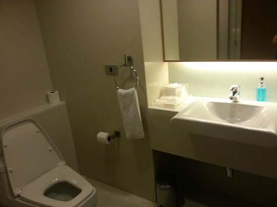GLOW Pratunam : Clean and modern toilet with amenities