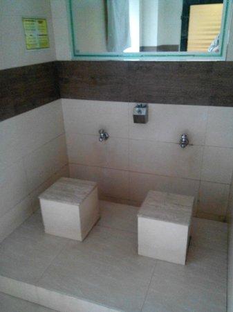 Hotel Suba Palace : il bagno per lavare i piedi di fronte alla reception