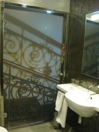 Hotel Palazzo Zichy: Baño con la puerta de vidrio cerrada
