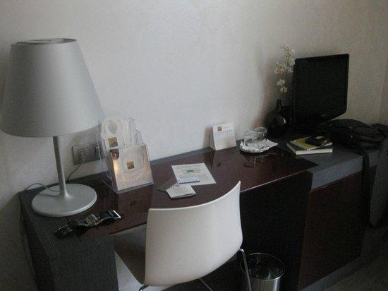 Hotel Palazzo Zichy: Mesa de la tele