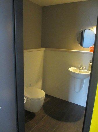 25hours Hotel beim MuseumsQuartier: geräumige Toilette