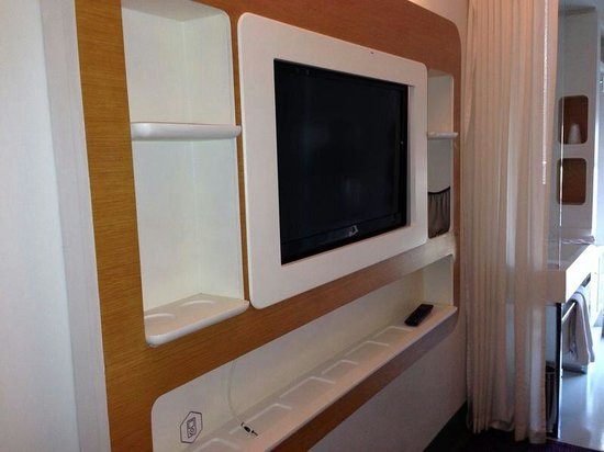 YOTEL New York at Times Square West: Tv station with ample storage