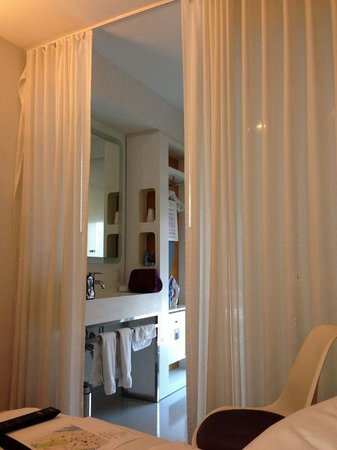 YOTEL New York at Times Square West : Only curtains to bathroom.