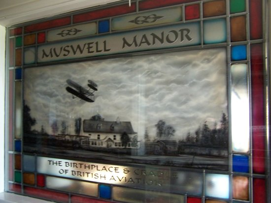 Muswell Manor Holiday Park: Stained Glass in entrance.