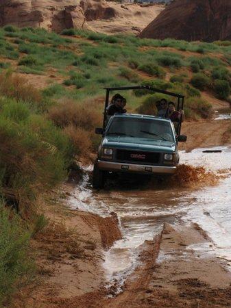 Monument Valley Navajo Tribal Park: Guado del corso d'acqua