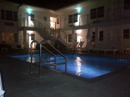 The Aqua Hotel: Evening Pool Area