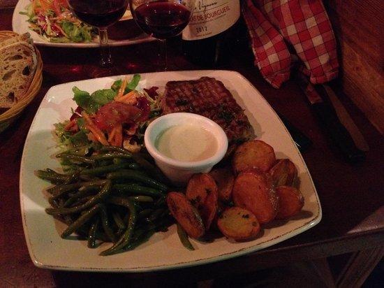 Le Potager du Pere Thierry : Steak with blue cheese sauce, c'est magnifique!