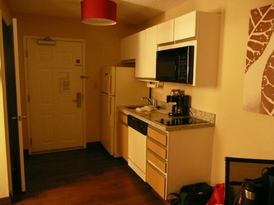 Hawthorn Suites by Wyndham Orlando Altamonte Springs: Entry and kitchenette.