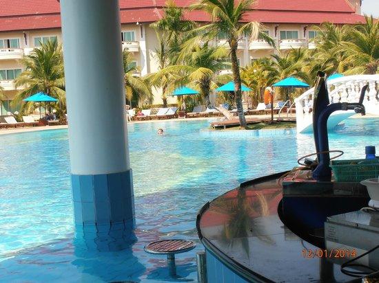 Sokha Beach Resort: Bar de la piscina