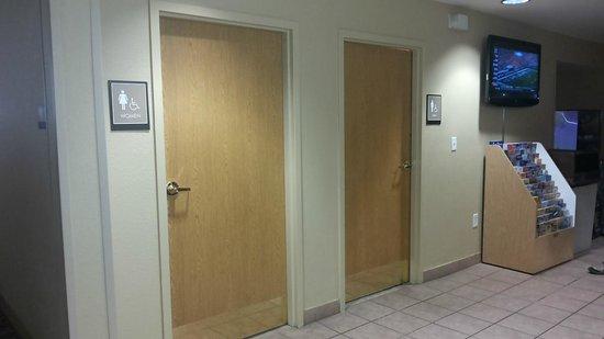 Extended Stay America - Orlando - Convention Center - Universal Blvd: Sanitários no hall de entrada