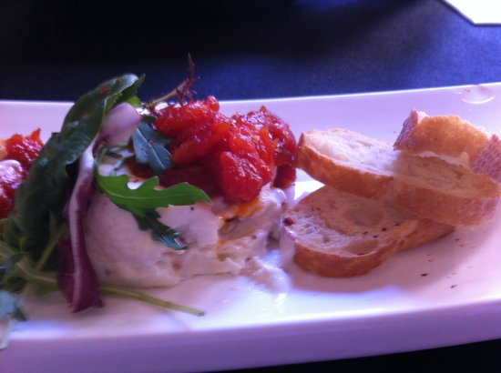 Refugio- Restaurante del Carmen: Soft cheese stuffed with figs and sweet salsa jam