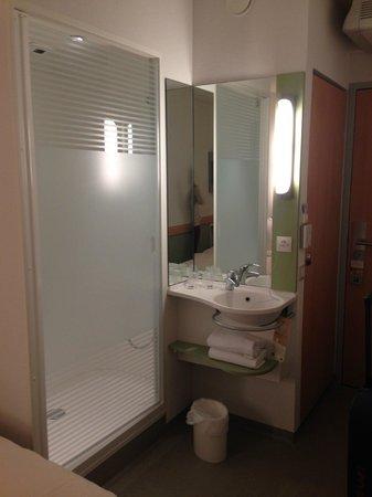 Ibis Budget Poitiers Centre Gare: douche, lavabo