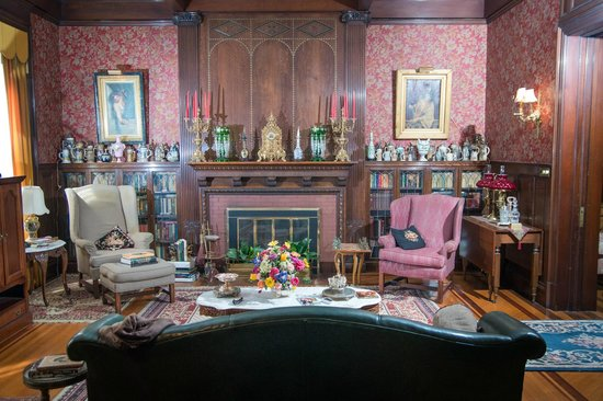 The Samuel Culbertson Mansion Bed and Breakfast Inn: Library