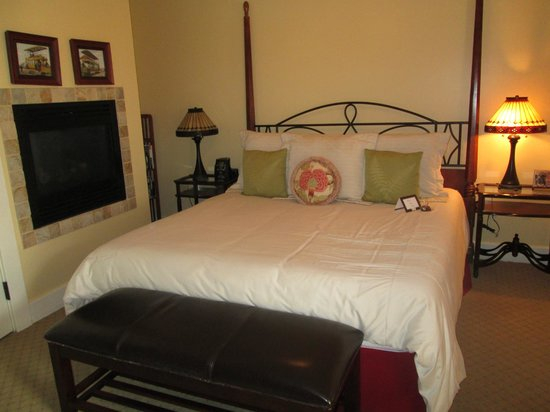 1906 Lodge, A Four Sisters Inn : Comfy bed with fireplace next to it