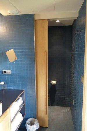 Le Citizen Hotel : separate toilet