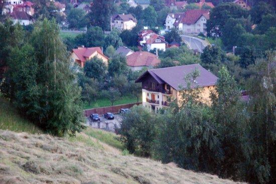Pensiunea Casa Doina : Вид на отель с ближайшей горы
