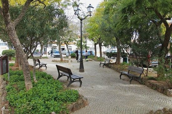 Loule Jardim Hotel : Park in square in front of Hotel