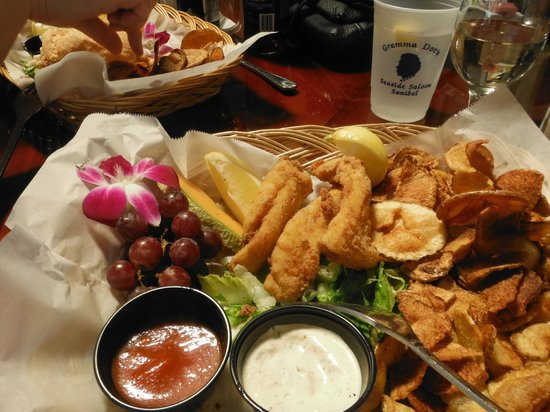Gramma Dot's Seaside Saloon: Yummy fish and chips...note the orchid garnish