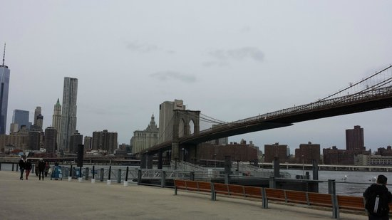 Free Tours by Foot : Wainting for the shuttle during the Brooklyn all-in-one tour.