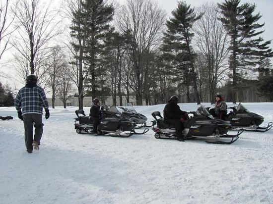 Paradise Stream Resort : snowmobiling included!