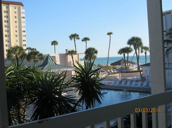 Sandcastle Resort at Lido Beach: Picture of pool and beach from our room.