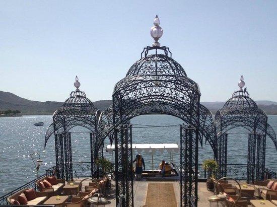 Taj Lake Palace Udaipur: Lake shore - boat to the Hotel