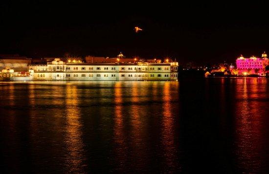 Taj Lake Palace Udaipur: Hotel by night
