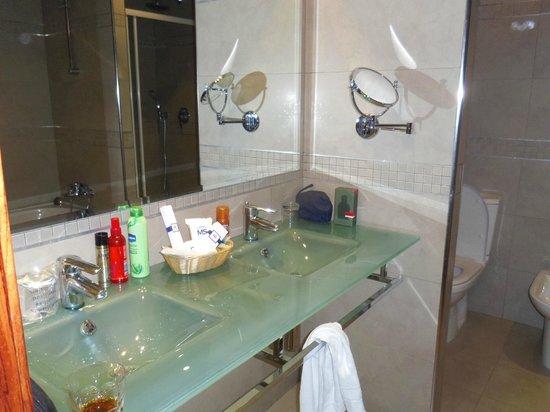Hotel MS Maestranza: Our luxury bathroom.