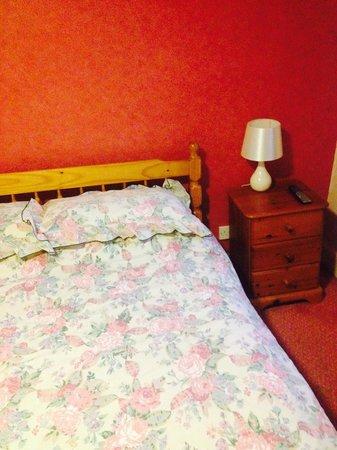 Londesborough Arms Hotel: Chintzy bedding