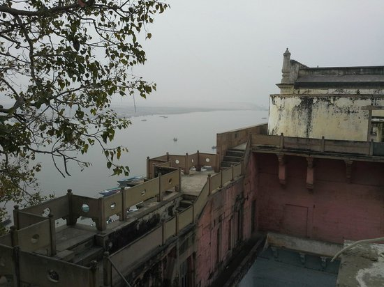 A Palace on the River, Rashmi Guest House: Morning view from our teeny-tiny window :)