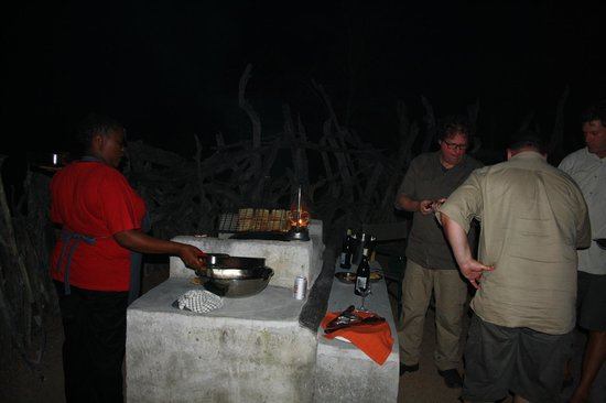 Baobab Ridge : preparing and cooking lady available to help us cooking :)