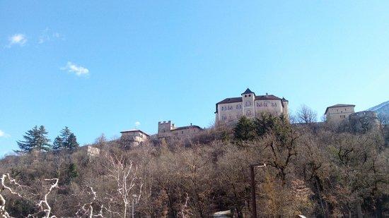 Castel Thun: Il castello dal parcheggio