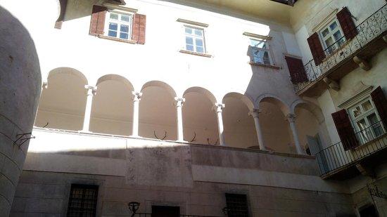 Castel Thun: Dal cortile interno del castello