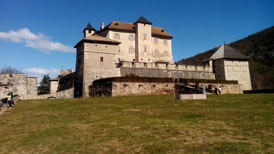 Castel Thun: Il castello dal giardino