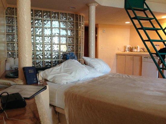 Taino Beach Resort & Clubs : Downstairs Ocean Loft Room-See Thru Bathrooms!