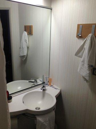 B&B Hôtel Dijon Centre : salle de bains
