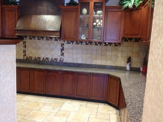 Drury Inn & Suites Meridian : kitchen area