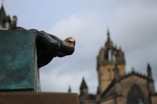 Iconic  Tours: Lamp in Close with Walter Scott Monument