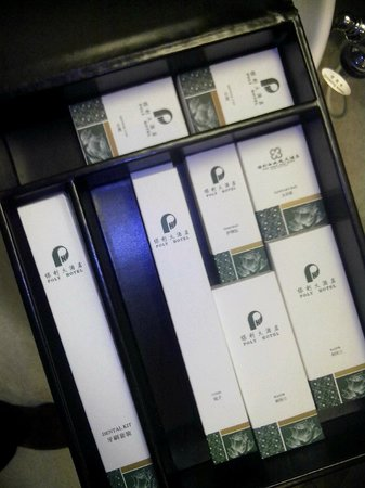 Poly Hotel Wuhan: box of amenities in the toilet