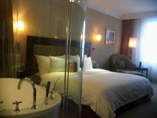 Poly Hotel Wuhan: room thru toilet