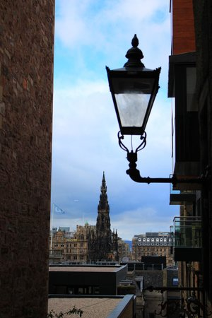 Iconic  Tours: Lamp in Close off High Steet.