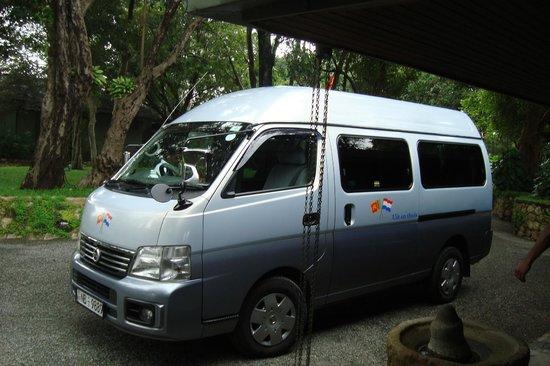 Frans' Guesthouse: Reizen in een comfortabele bus