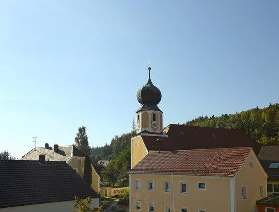 Landhotel Schöll: Blick zur Kirche