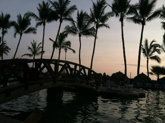 Paradise Village Beach Resort & Spa: Sunset at the relaxing pool.