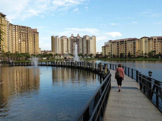 Wyndham Grand Orlando Resort Bonnet Creek: Walkway around the lake