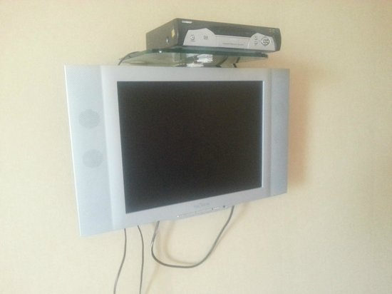 Esthell Continental Hotel: Old TV with few channels