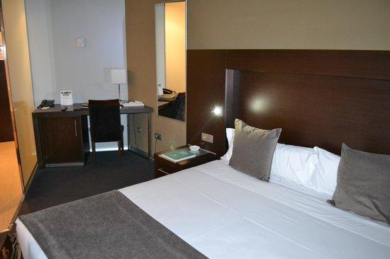 Madanis Hotel: Camera matrimoniale al primo piano