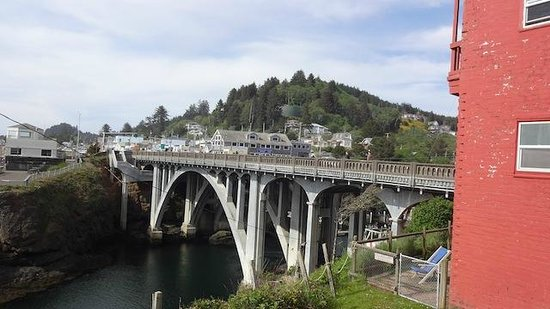 Trollers Lodge: Depoe Bay, OR Bridge