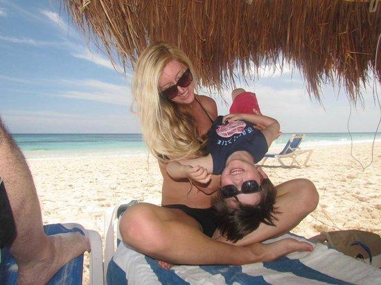 Tita Tulum Hotel Ecologico : Playing on the BEST BEACH EVER under grass roof umbrellas!