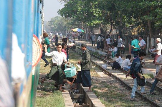 Yangon Circular Train: Arrêt en gare
